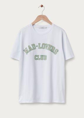 In bad met een t-shirt